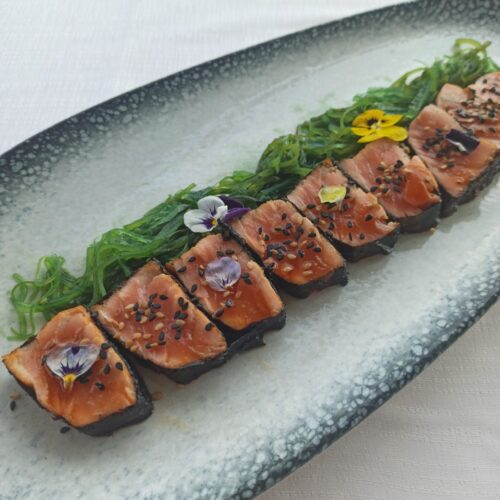 Tataki de salmón marinado con alga wakame